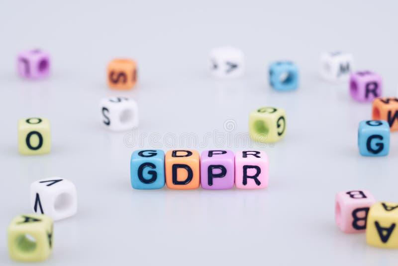 Texto da palavra de GDPR escrito no cubo colorido com o blo da palavra do cubo do bokeh fotos de stock royalty free