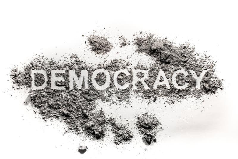Texto da palavra da democracia escrito na sujeira, cinza, areia fotos de stock