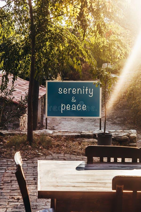 Texto da serenidade & da paz a bordo, cores de setembro, Rurals fotos de stock royalty free