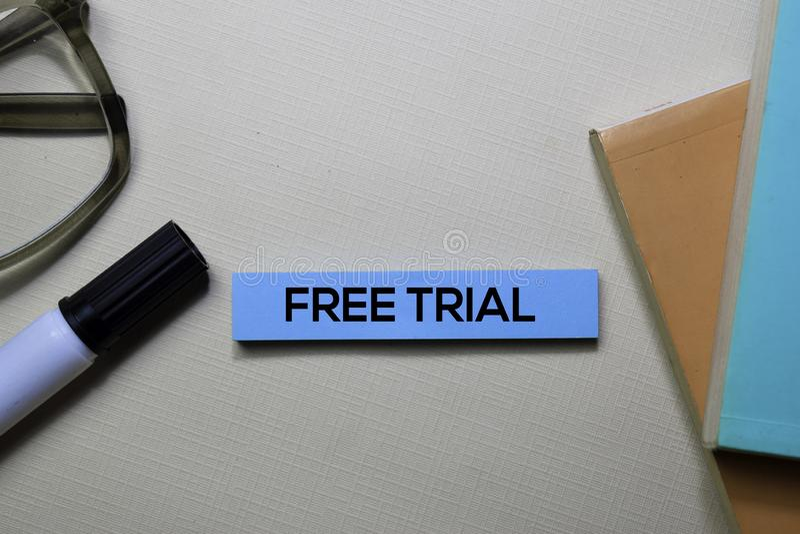 Texto da versão de avaliação gratuita nas notas pegajosas isoladas na mesa de escritório imagens de stock royalty free