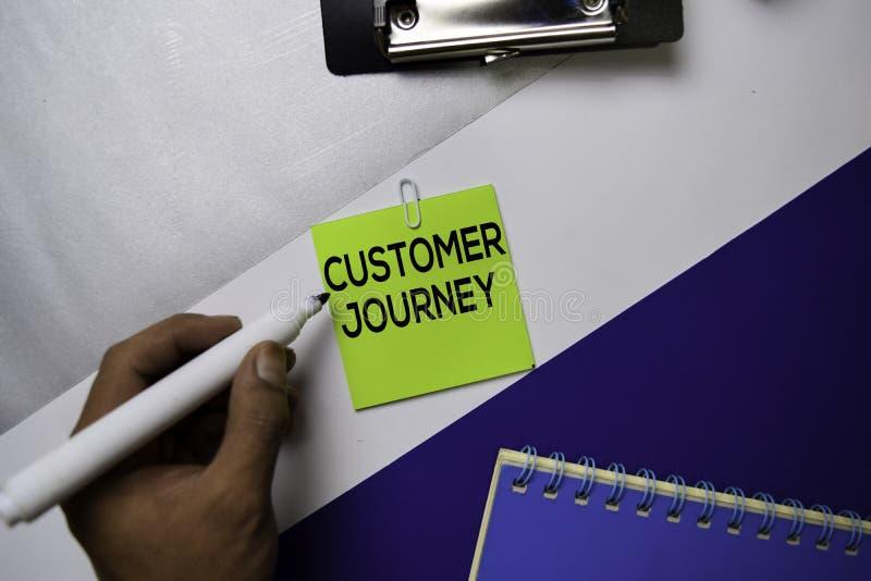 Texto da viagem do cliente em notas pegajosas com conceito da mesa de escritório da cor foto de stock