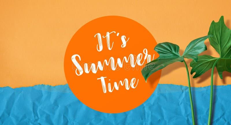 Texto das horas de verão de It's com a folha tropical no fundo da cor imagens de stock