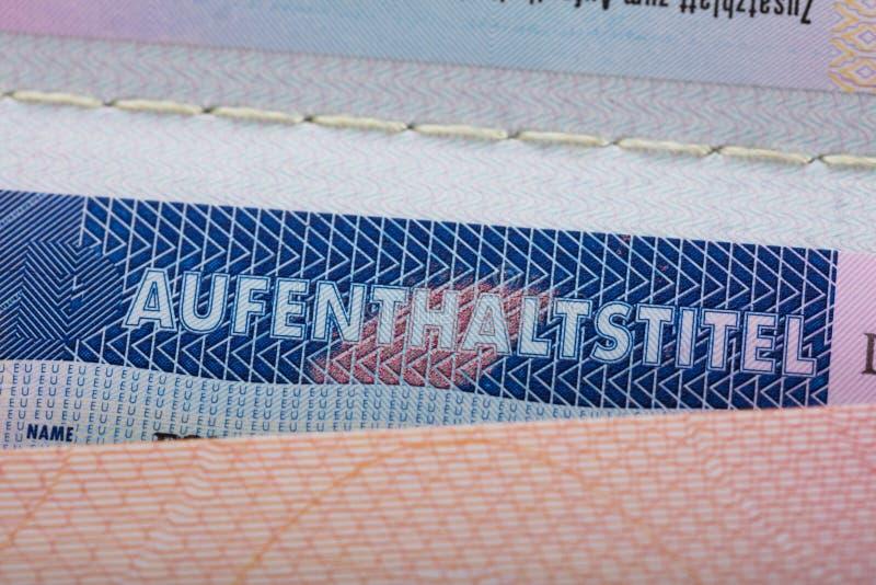 Texto de Aufenthaltstitel en pasaporte imágenes de archivo libres de regalías