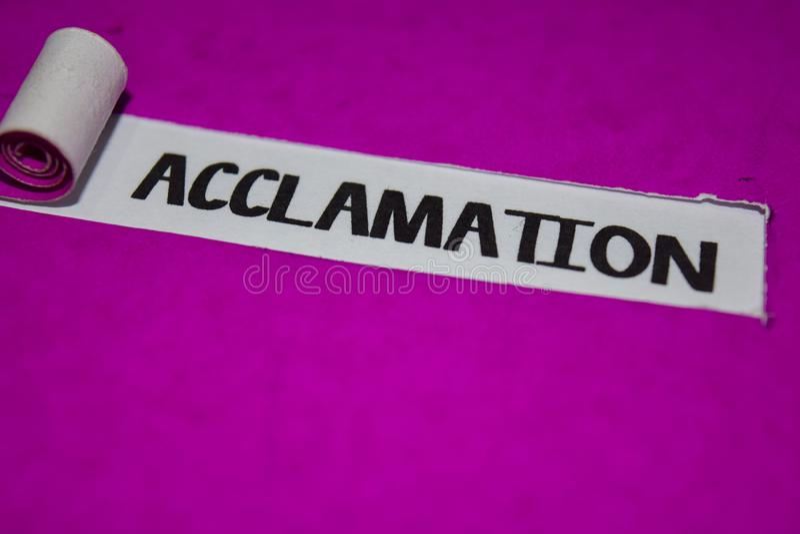 Texto de la aclamación, inspiración y concepto positivo de los ambientes en el papel rasgado púrpura foto de archivo