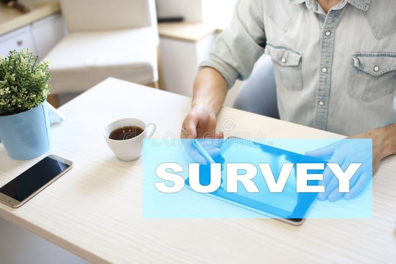 Texto de la encuesta en la pantalla virtual Reacción y certificados de los clientes Internet del negocio y concepto de la tecnolo imagenes de archivo