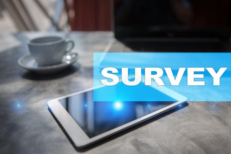 Texto de la encuesta en la pantalla virtual Reacción y certificados de los clientes Internet del negocio y concepto de la tecnolo fotografía de archivo