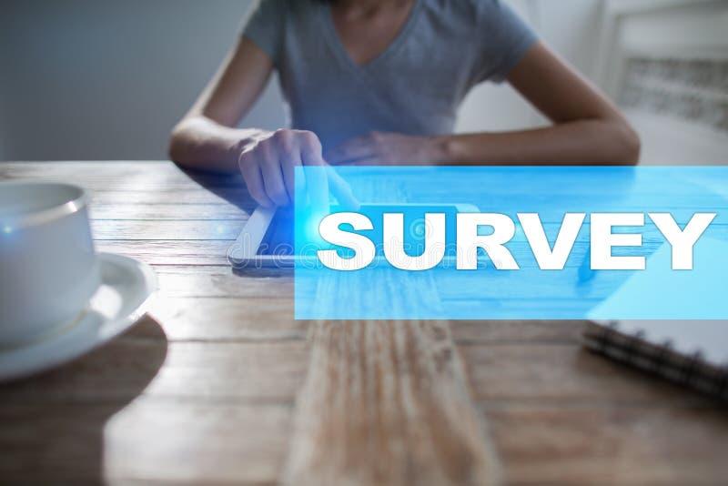 Texto de la encuesta en la pantalla virtual Reacción y certificados de los clientes Internet del negocio y concepto de la tecnolo fotografía de archivo libre de regalías
