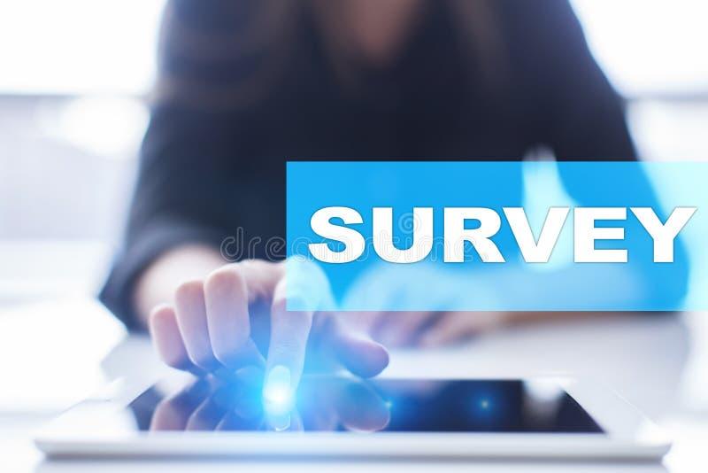 Texto de la encuesta en la pantalla virtual Reacción y certificados de los clientes Internet del negocio y concepto de la tecnolo foto de archivo