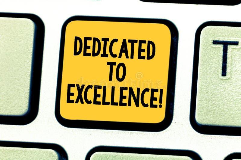 Texto de la escritura de la palabra dedicado a la excelencia Concepto del negocio para que un compromiso o una promesa haga algo  imagenes de archivo
