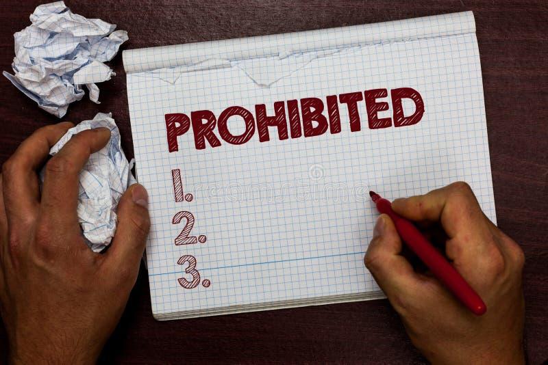 Texto de la escritura de la palabra prohibido El concepto del negocio para algo se ha prohibido que prohibió al hombre rechazado  foto de archivo