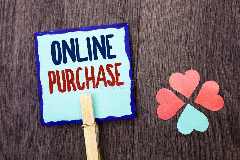 Texto de la escritura que escribe la compra en línea Las cosas de la compra del significado del concepto en la red van a hacer co fotos de archivo libres de regalías