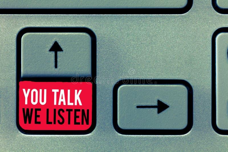 Texto de la escritura que le escribe charla escuchamos Concepto que significa la conversación de motivación de la comunicación bi foto de archivo
