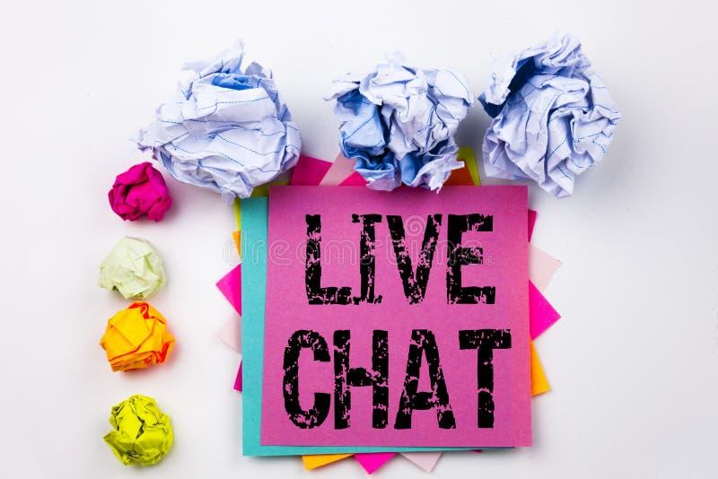 Texto de la escritura que muestra a Live Chat escrito en nota pegajosa en oficina con las bolas del papel del tornillo Concepto d foto de archivo libre de regalías