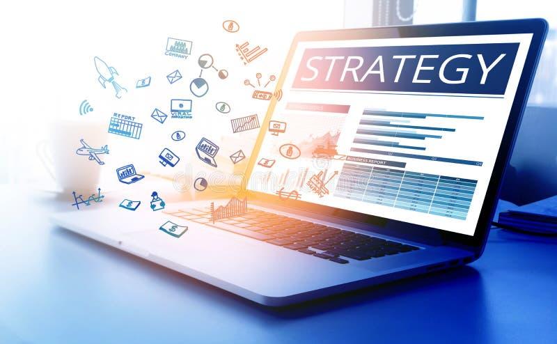 Texto de la estrategia con el icono del negocio en el ordenador portátil moderno imagenes de archivo
