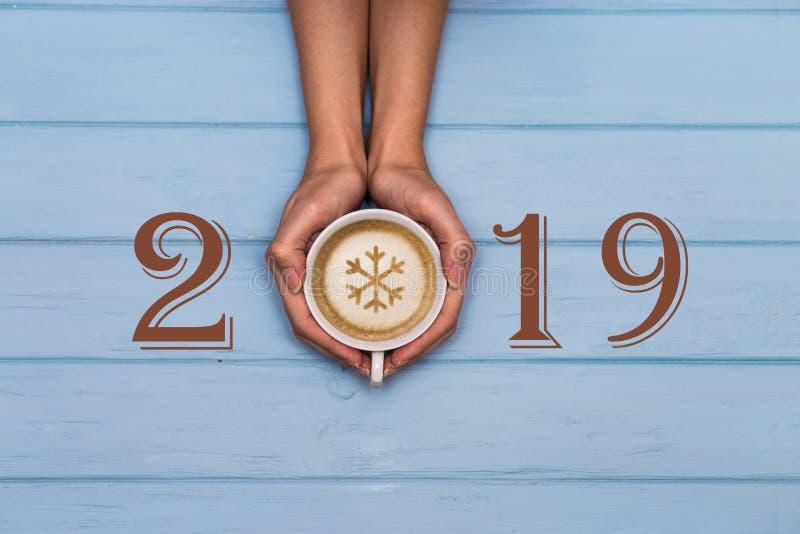 texto de la Feliz Año Nuevo 2019 en el fondo de madera azul, bandera con el espacio de la copia para el texto fotos de archivo