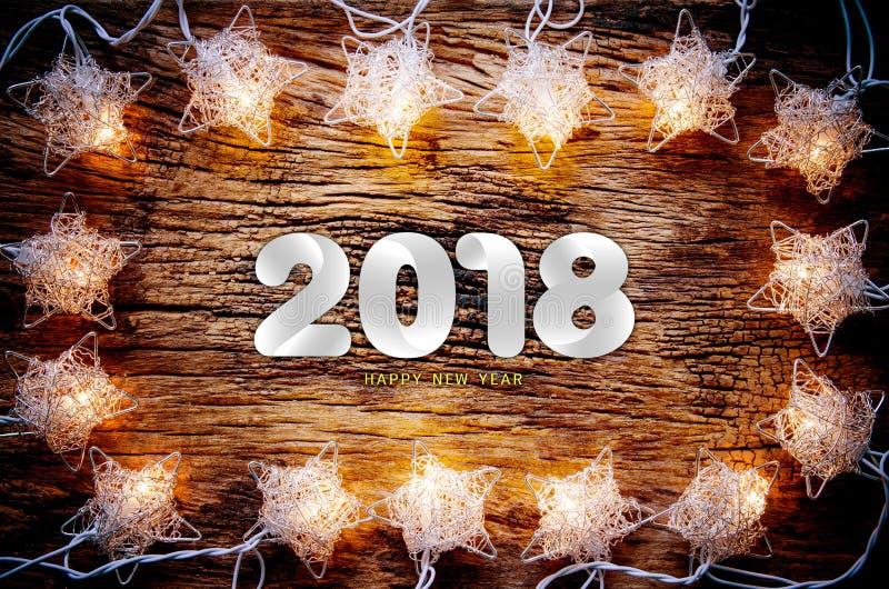 Texto de la Feliz Año Nuevo 2018 en la tabla de madera del vintage con la Navidad imagen de archivo