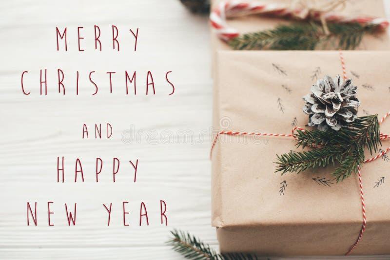 Texto de la Feliz Navidad y de la Feliz Año Nuevo en la Navidad elegante pre fotos de archivo