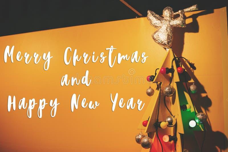 Texto de la Feliz Navidad y de la Feliz Año Nuevo en forma de madera creativa fotografía de archivo