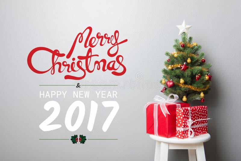 Texto de la FELIZ NAVIDAD y de la FELIZ AÑO NUEVO 2017 en la pared fotos de archivo libres de regalías