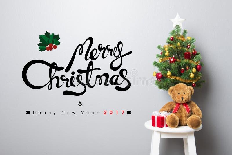 Texto de la FELIZ NAVIDAD y de la FELIZ AÑO NUEVO 2017 en la pared foto de archivo libre de regalías