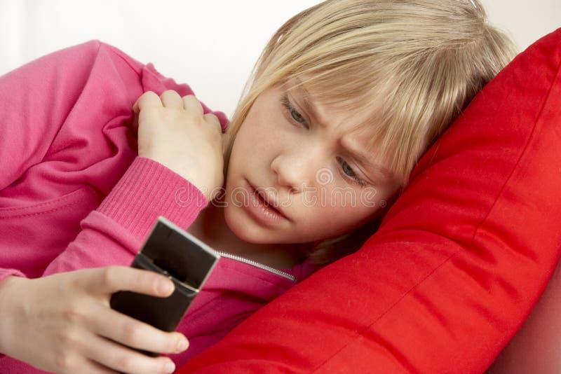 Texto de la lectura de la chica joven y el parecer preocupado imagen de archivo