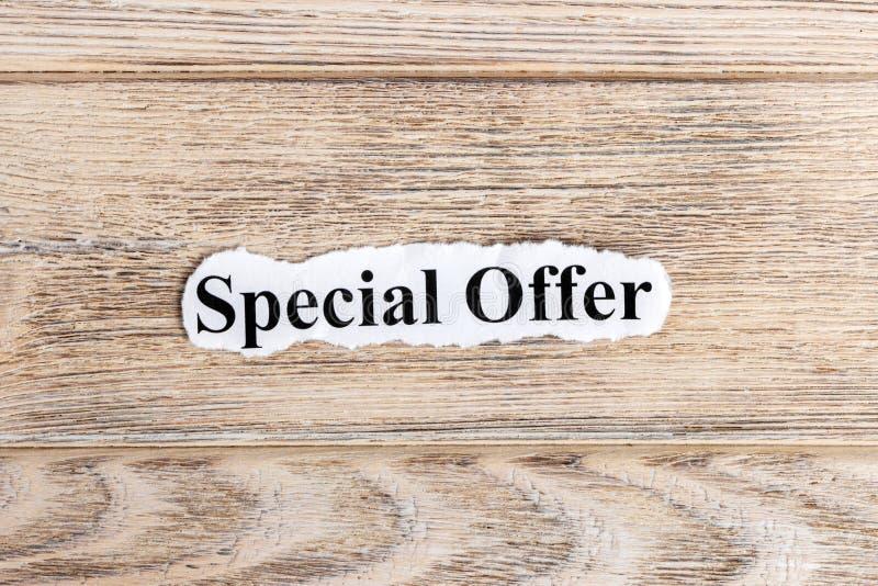 Texto de la oferta especial en el papel Oferta especial de la palabra en el papel rasgado Imagen del concepto fotografía de archivo