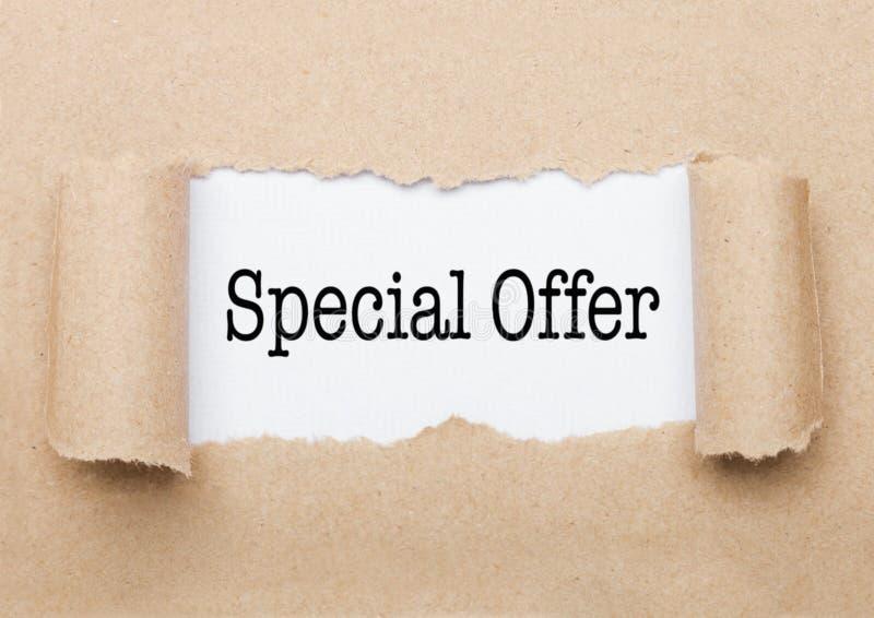 Texto de la oferta especial que aparece detrás del papel marrón foto de archivo libre de regalías