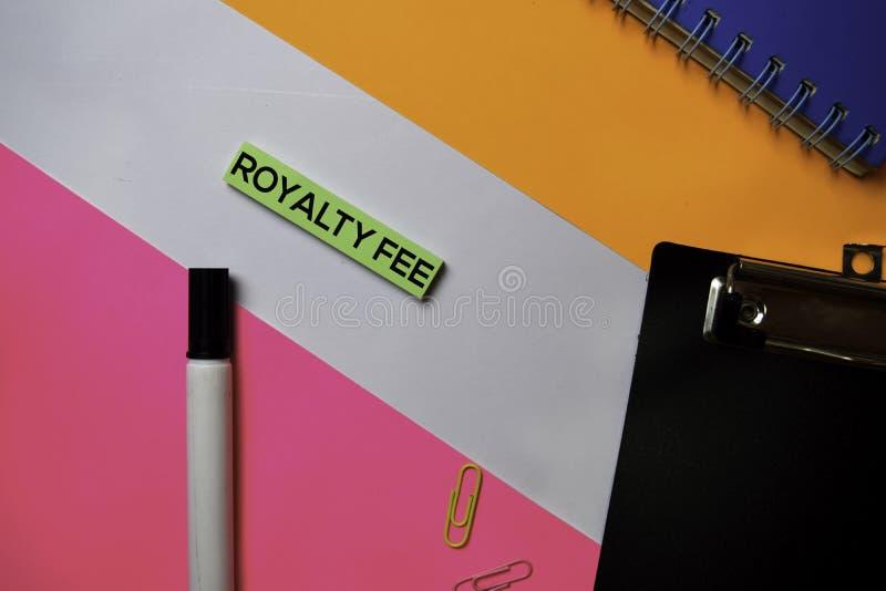 Texto de la tarifa de derechos en notas pegajosas con concepto del escritorio de oficina del color fotografía de archivo