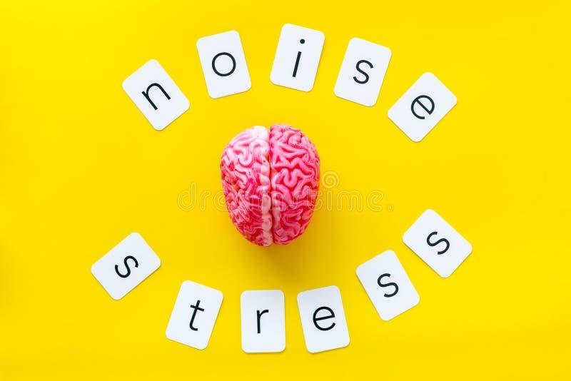 Texto de la tensión y del ruido con el cerebro para la salud psicológica en concepto de la oficina en la opinión superior del fon foto de archivo