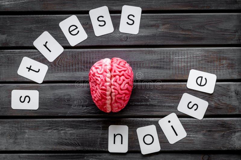 Texto de la tensión y del ruido con el cerebro para la salud psicológica en concepto de la oficina en la opinión superior del fon fotos de archivo libres de regalías