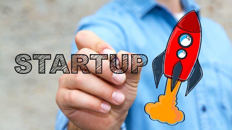 Texto de lanzamiento del dibujo del hombre de negocios y cohete rojo con una pluma ilustración del vector