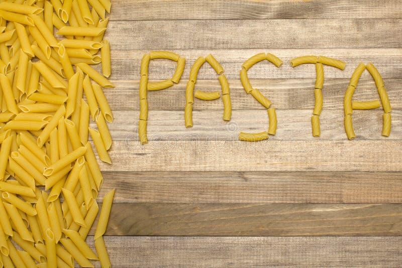 Texto de las pastas hecho de las pastas crudas foto de archivo