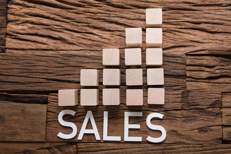 Texto de las ventas aumentando bloques del gráfico de barra en la madera fotografía de archivo