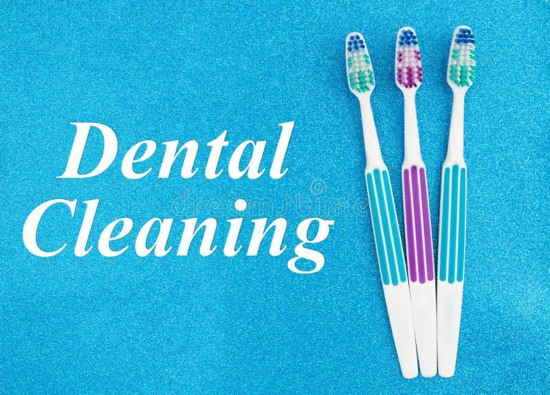Texto de limpeza dental com escovas de dentes imagens de stock