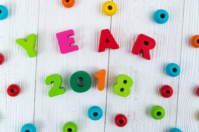 Texto de madera colorido del año 2018 en el escritorio de madera blanco con Christm imagen de archivo