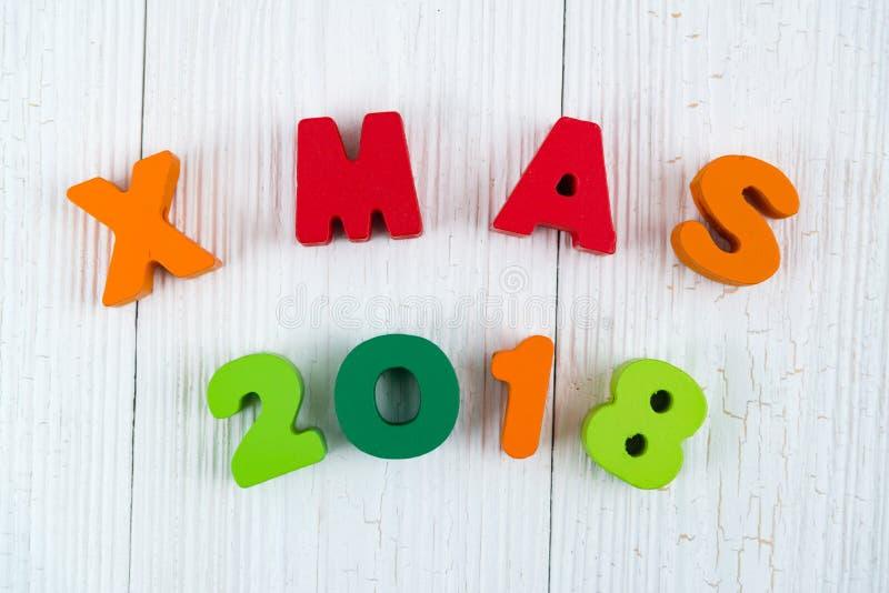 Texto de madera colorido de Navidad 2018 en el escritorio de madera blanco con Christm imagen de archivo libre de regalías