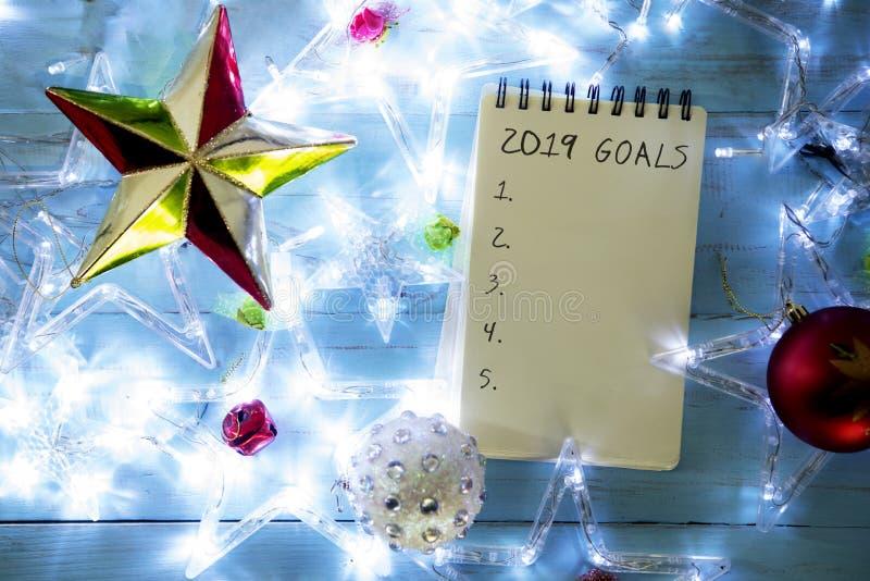 Texto de 2019 metas con los ornamentos de la Navidad imagenes de archivo