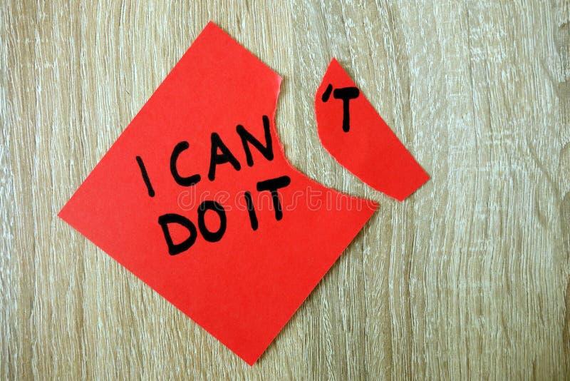 Texto de motivaci?n puedo hacerlo escrito en etiqueta engomada roja fotos de archivo