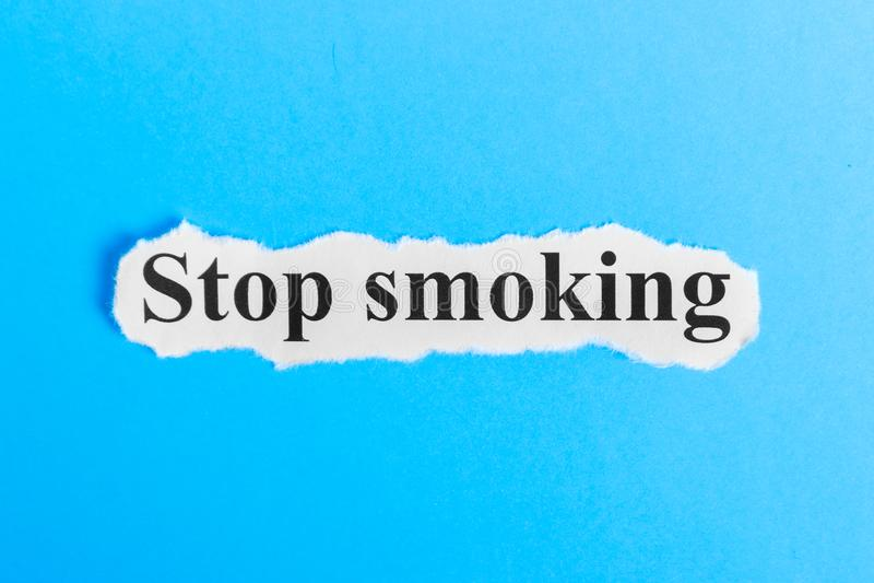 Texto de no fumadores en el papel Palabra de no fumadores en un trozo de papel Imagen del concepto foto de archivo