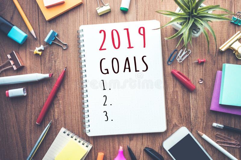 texto de 2019 objetivos no bloco de notas com acessórios do escritório Plano empresarial fotografia de stock royalty free