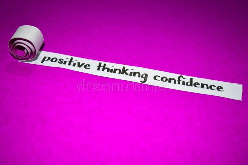 Texto de pensamento positivo da confiança, conceito da inspiração, da motivação e do negócio no papel rasgado roxo foto de stock