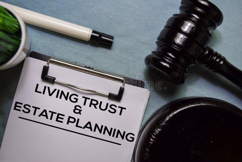 Texto de planificación inmobiliaria y fideicomiso en forma de documento y Gavel en el escritorio de la oficina fotografía de archivo