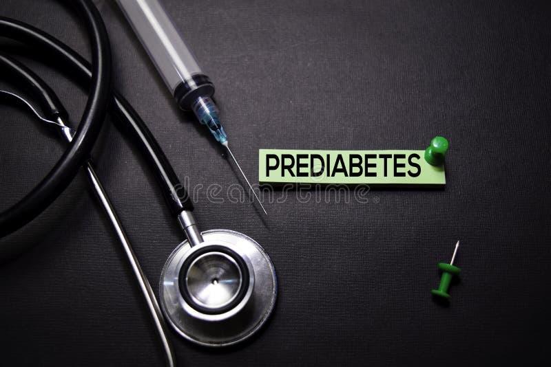 Texto de Prediabetes em notas pegajosas Vista superior isolada no fundo preto Cuidados m?dicos/conceito m?dico imagens de stock