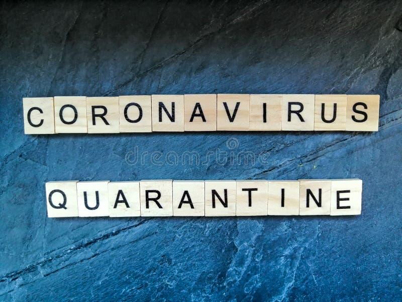 Texto de quarentena do coronavírus em fundo azul fotografia de stock royalty free