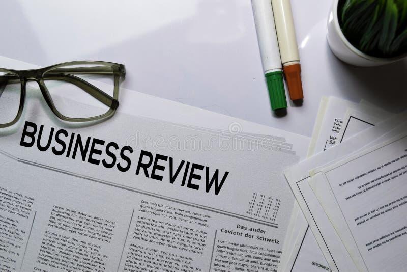 Texto de Revisão de Negócios no título isolado em fundo branco Conceito de jornal imagens de stock royalty free