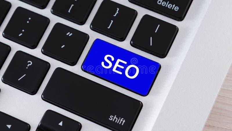 Texto de SEO no botão azul do teclado de computador fotografia de stock royalty free