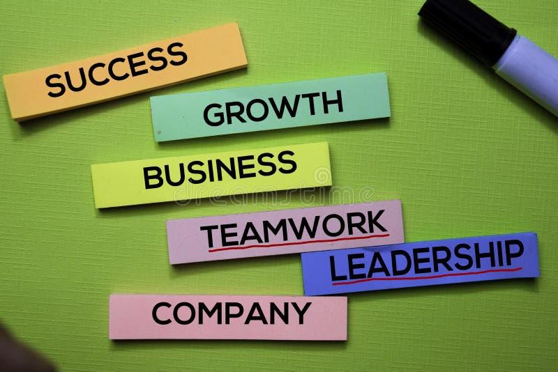 Texto de Sucesso, Crescimento, Negócio, Trabalhos de equipe, Leardership, Empresa nas notas pegajosas isoladas na mesa verde Conc fotos de stock royalty free