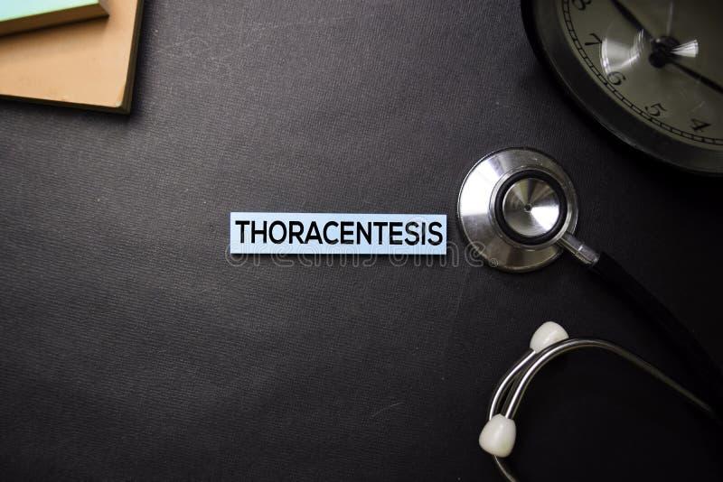 Texto de Thoracentesis en notas pegajosas Visi?n superior aislada en fondo negro Atenci?n sanitaria/concepto m?dico fotografía de archivo