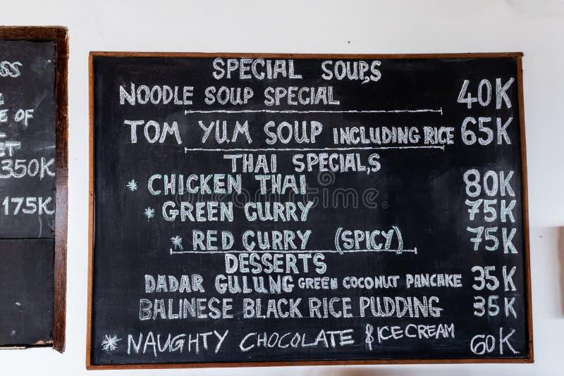 Texto de Tom yum em uma placa preta O kong ou Tom do 'batata doce' de Tom yum, 'batata doce' de Tom são uma sopa clara picante tí fotos de stock