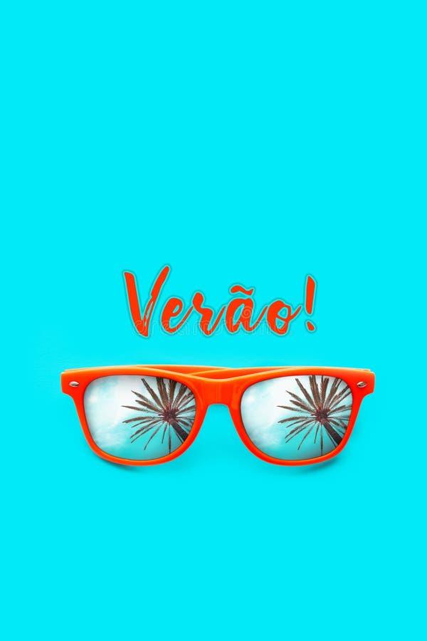 Texto de Verao em português: verão e óculos de sol alaranjados com reflexões da palmeira isolados no fundo vertical foto de stock